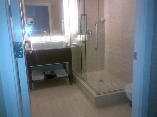 Westin Wall Centre Vancouver Airport: Washroom with seperate shower
