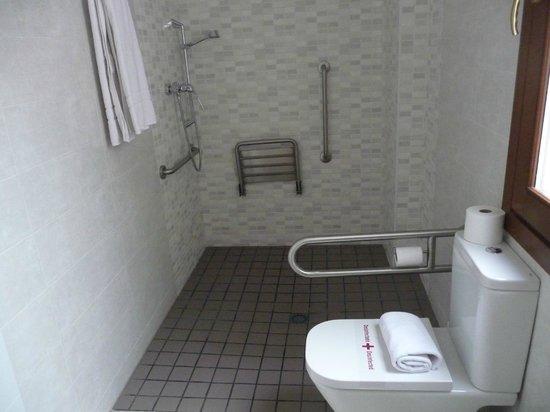 Habitat Suites Gran Via:                                     Bagno e doccia
