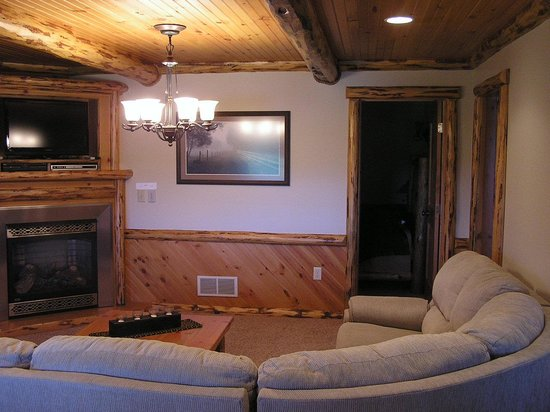 Sojourner's Lodge & Log Cabin Suites:                   Living room