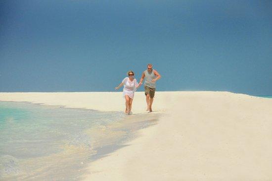 Kuramathi Island Resort: Photo shoot for honeymoon on sand bank