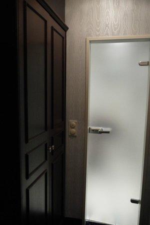 Appartel am Dom: minibar and bathroom