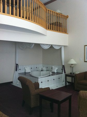 Medicine Hat, Kanada: Living area with jacuzzi tub
