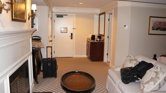 Saybrook Point Inn & Spa: entryway of junior suite