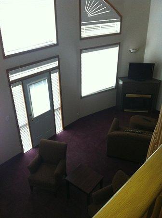 Comfort Inn & Suites Medicine Hat: Looking down from bedroom