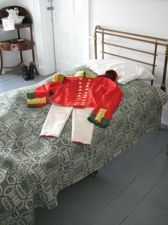 Lieu historique national du Fort-Lennox : British uniform, in officer`s quarters.