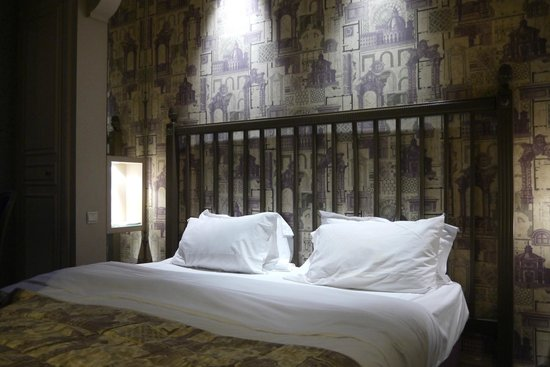 Hotel Arioso:                   beautiful wallpaper and soft bed