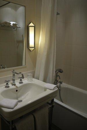 Hotel Arioso :                   bathroom