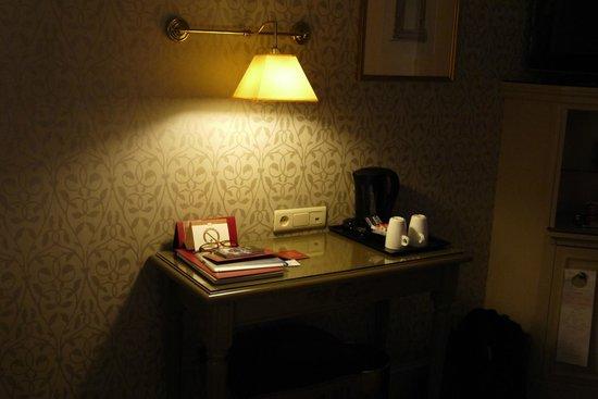 Hotel Arioso :                   desk