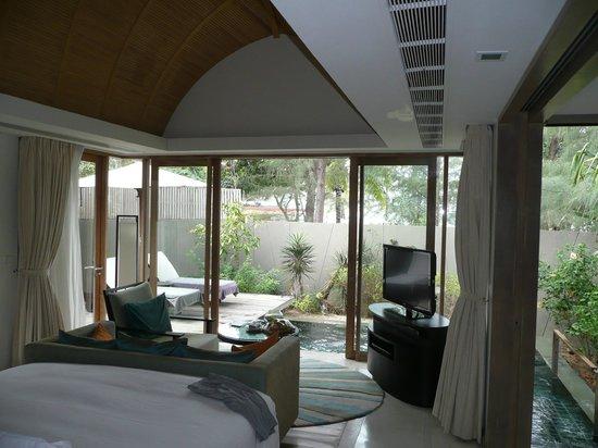 Renaissance Phuket Resort & Spa:                   Blick aus der Villa auf die Terrasse mit Plungepool