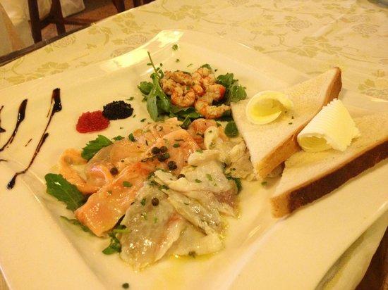Resort Nando al Pallone: tris di carpacci:salmone,spigola,gamberetti e caviale con crostini al burro