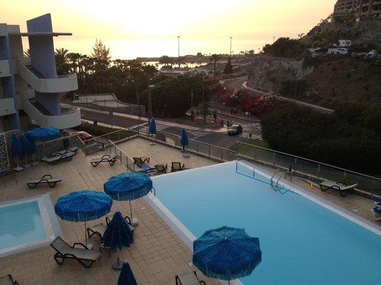 Hotel Terraza Amadores: Utsikt fra veranda i fremre bygget - hav og trafikk...