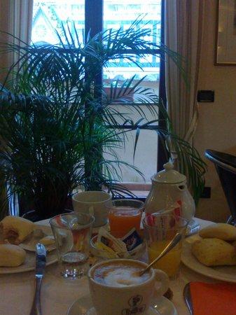 Hotel Duomo Firenze:                   zona colazione con vista sul duomo