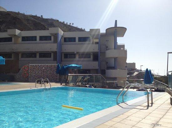 Hotel Terraza Amadores: Baksiden av nabohotellet og bassenget