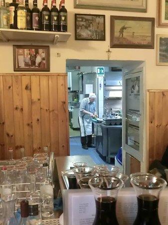 Trattoria La Casalinga: view into the kitchen