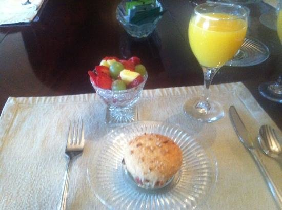 Robinwood Bed and Breakfast: first part of breakfast, love the muffin!!!