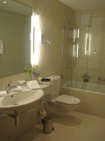 Monopol Hotel: Good bathroom - great shower!