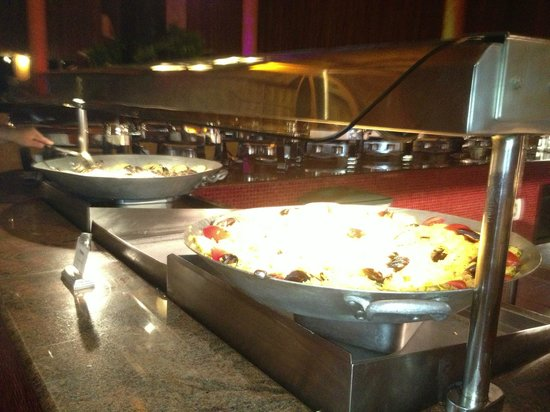 The Royal Haciendas All Suites Resort & Spa: buffet-paella