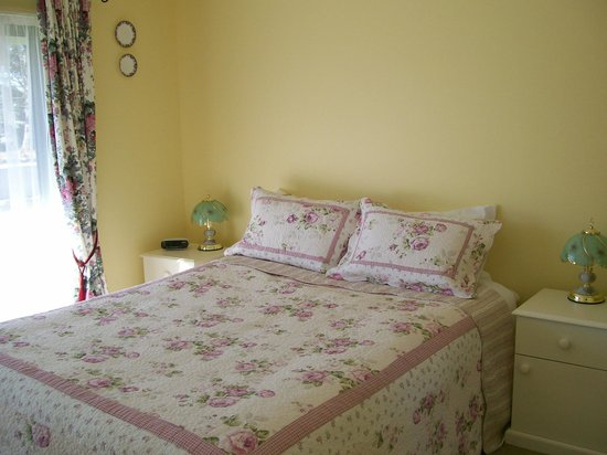 Pinegrove Cottage: Unit 2 Bedroom