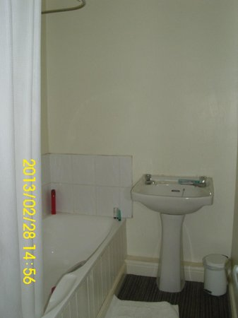 The South Cliffe Hotel:                                     awfull bathroom without mirror or shaving plugs room 15