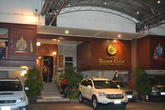 Silom City Hotel:                   Entrée de l'hôtel