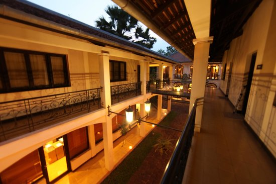 Heritage Suites Hotel: View from the walkway