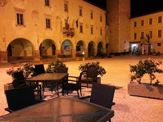 Osteria La Vecchia Posta: Piazzetta e tavolini all'esterno