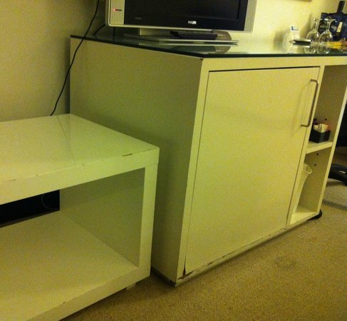 Novotel Sydney Central: Damaged cupboards and television stand