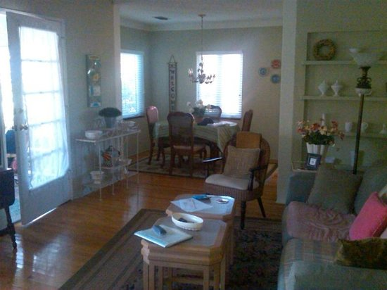 Park Circle Bed and Breakfast:                   dining  room