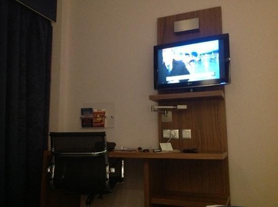 Holiday Inn Express Lisbon Alfragide:                   aspect of the room desk