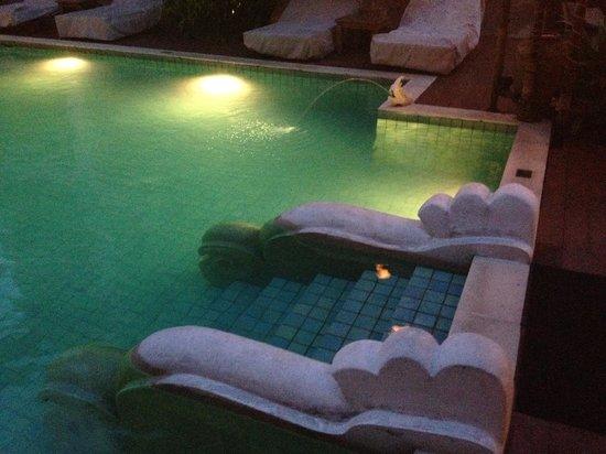 โรงแรม เดอะ ริม เชียงใหม่: The steps into the pool.