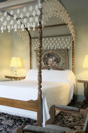 The Weinhard Hotel : Canopy Bed in Room 6