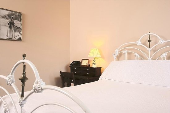 The Weinhard Hotel : Antique Bed in Room 5