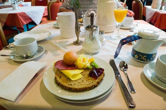 Hotel Fortuna: Breakfast
