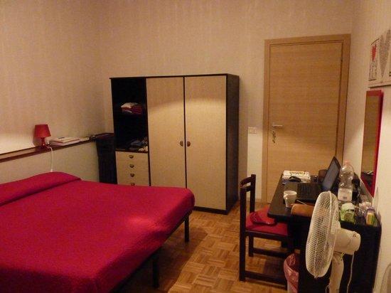 Le stanze di Sara:                   Zimmer mit Tür zum Gang