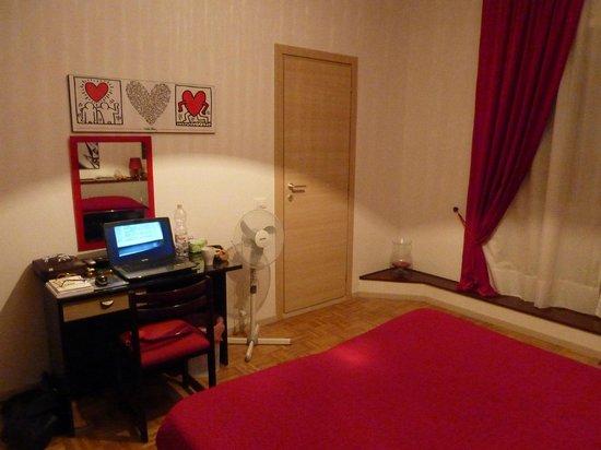 Sara's Rooms:                   Zimmer mit Schreibtisch und Tür zum internen Bad