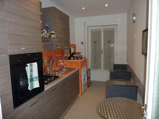 Sara's Rooms:                   Frühstücksraum bzw. Küche mit Koch- und Essmöglichkeit