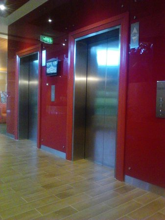 Mercure Sydney Parramatta: Lifts