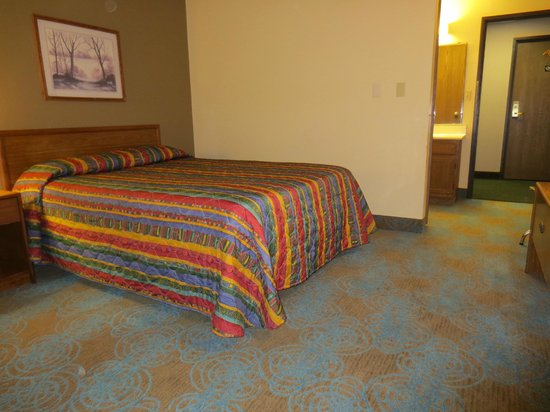 Super 8 Hartford WI: Updated room