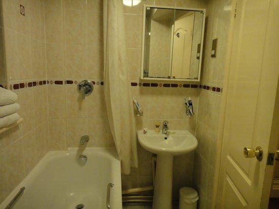 Montana Hotel: Banheiro confortável e muito limpo.
