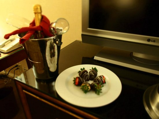Warwick Denver Hotel :                   Complimentary Champagne & Strawberries