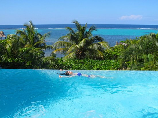 Mayoka Boutique Hotel:                   Infinity pool overlooking the ocean. Bliss.