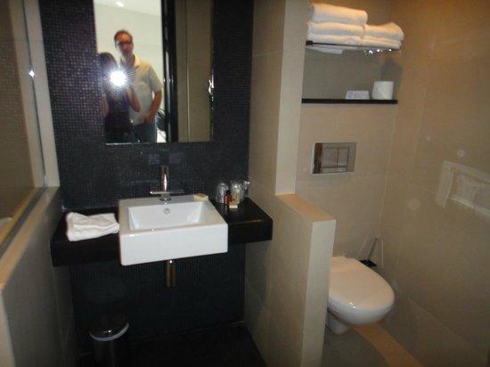 Hotel Marceau Champs Elysees: Banheiro moderno, amplo e limpo.