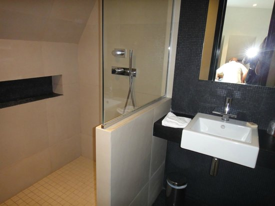 Hotel Marceau Champs Elysees : Banheiro moderno, box grande.