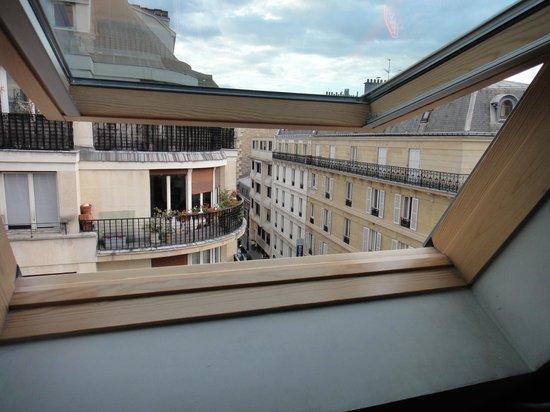vista da janela do quarto muito agrad vel picture of hotel marceau champs elysees paris. Black Bedroom Furniture Sets. Home Design Ideas