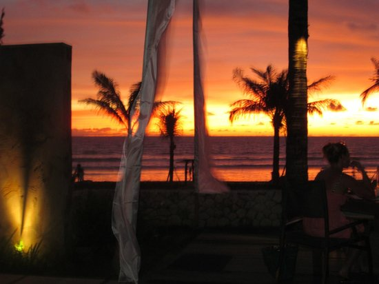Bali Niksoma Boutique Beach Resort :                   sunset from resort near pool and restaurant