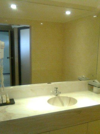 Fiji Gateway Hotel:                   Good sized bathroom