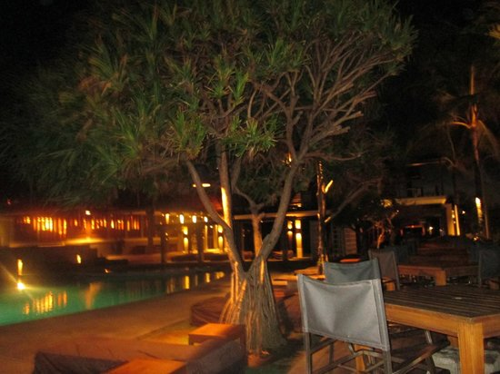 Bali Niksoma Boutique Beach Resort:                   night time in the gardens....
