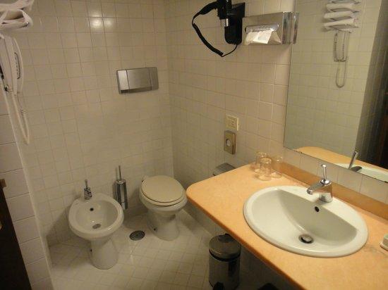 Hotel Columbia: Banheiro limpo, claro e confortável.