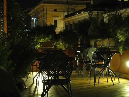 Hotel Columbia: Terraço onde é servido o café da manhã, relaxante à noite.