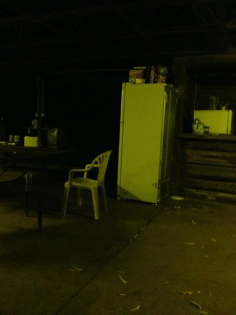 Alice Springs Heritage Caravan and Tourist Park :                   Squalid Camp Kitchen